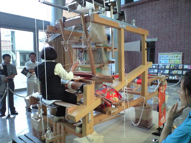 トヨタ産業技術記念館で金襴緞子を織る人と機
