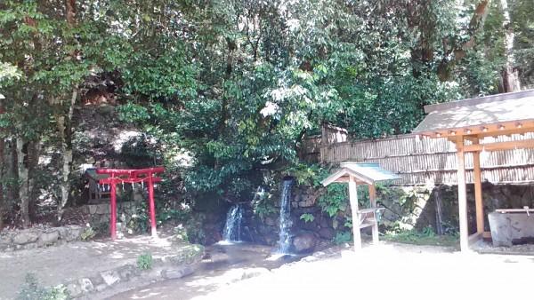 本殿横の滝