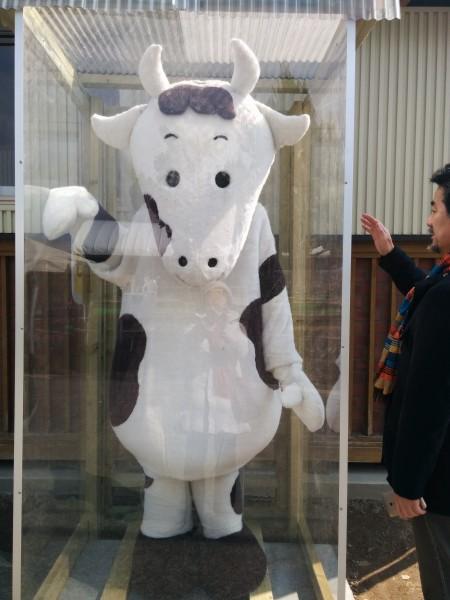 愛知牧場入り口にある自動お迎え牛人形