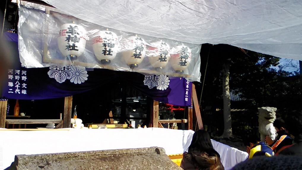 羊神社本殿前で参拝