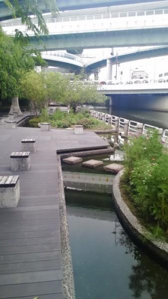 黒川地下鉄駅付近では川沿いに遊歩道や水場があります。