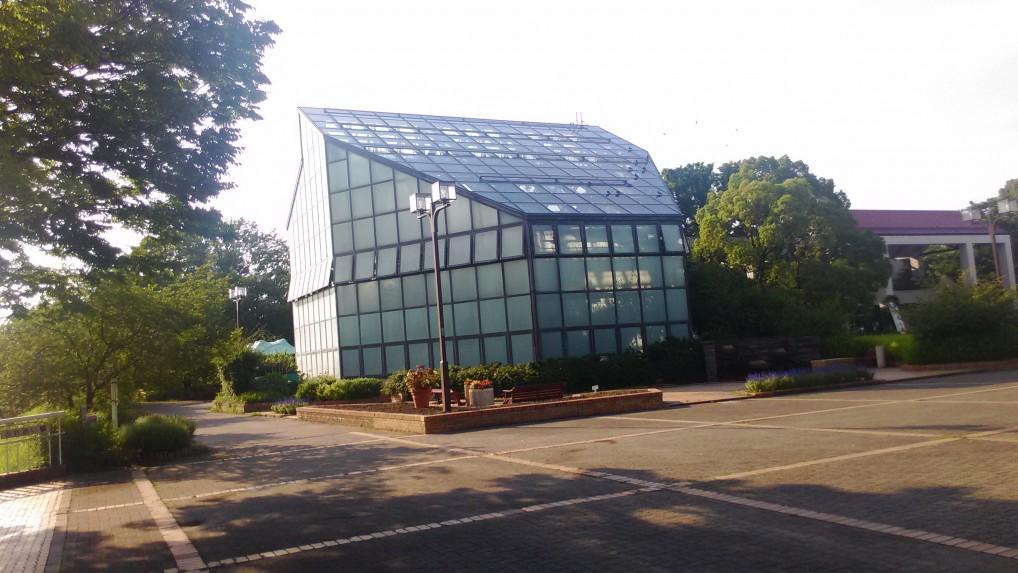 庄内緑地公園内にある大きな温室です。