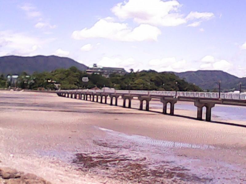 竹島へ渡る橋引き潮のとき