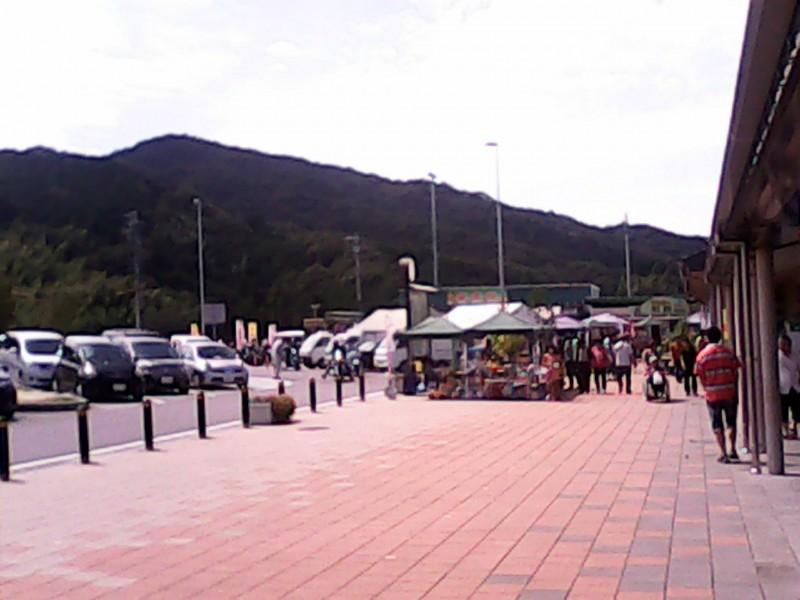 道の駅「筆柿の里幸田」の休憩所からみた入り口付近