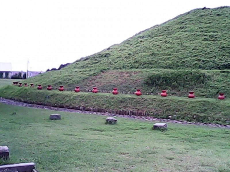 青塚古墳の外観