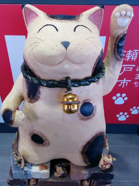 道の駅瀬戸しなのの大きな陶器の招き猫