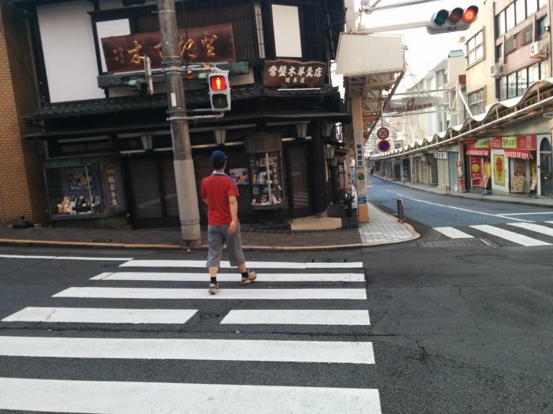 熱海銀座通りの老舗お饅頭屋さんと交差点