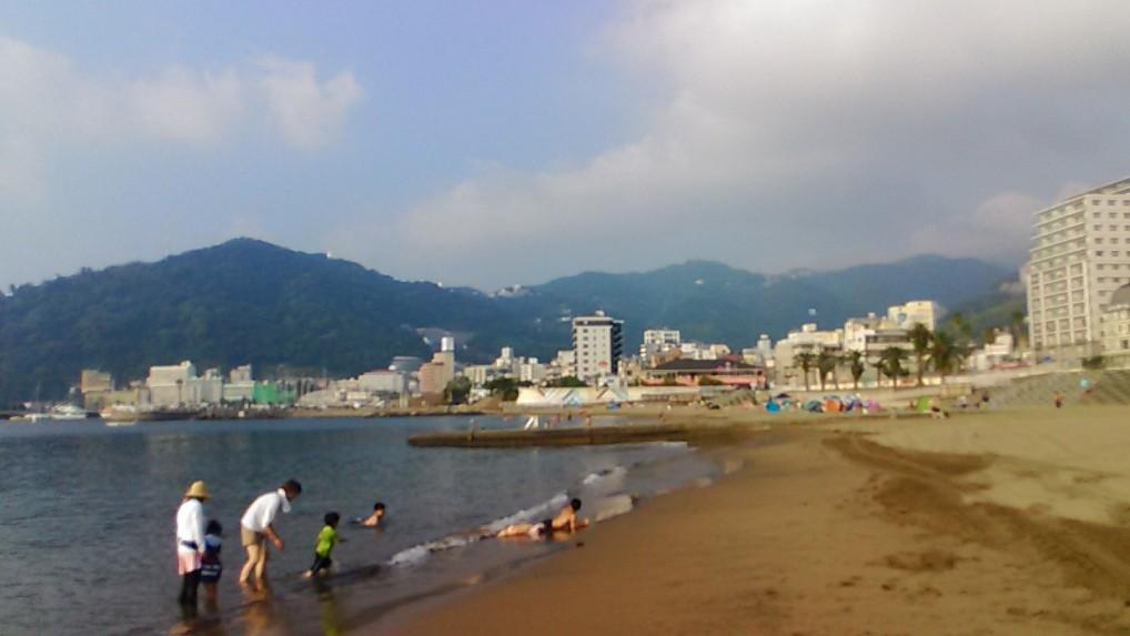 熱海海水浴場波打ち際の様子
