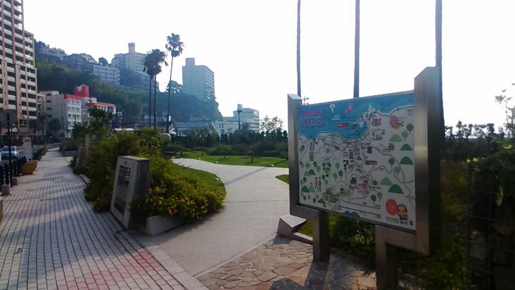 熱海海岸の入り口の散策路