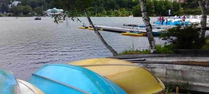 白樺湖・静かな湖畔・ローカルな休憩所で昼食