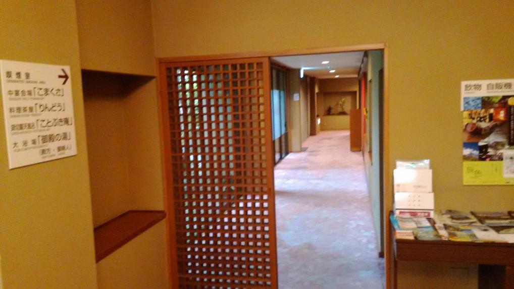 美ヶ原温泉ホテルニューことぶきロビーから食事どころへの通路