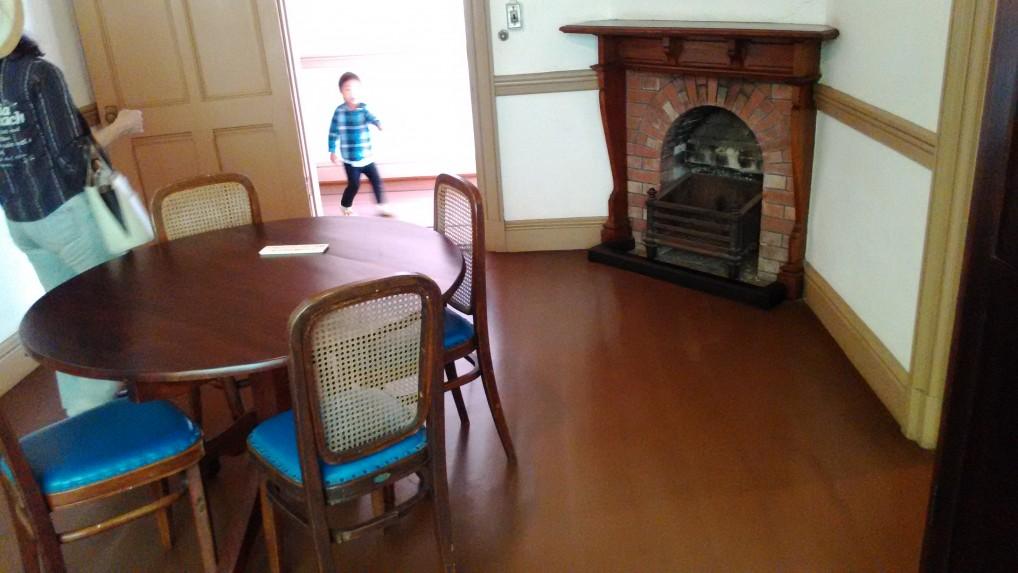 旧三笠ホテル客室のテーブルと暖炉