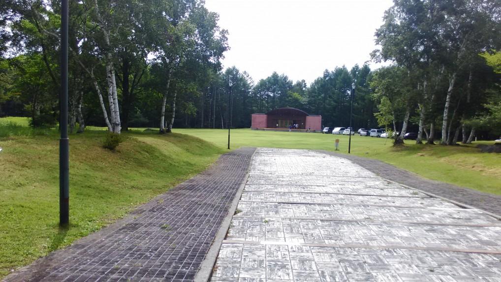 女神湖蓼科野外音楽堂への小路