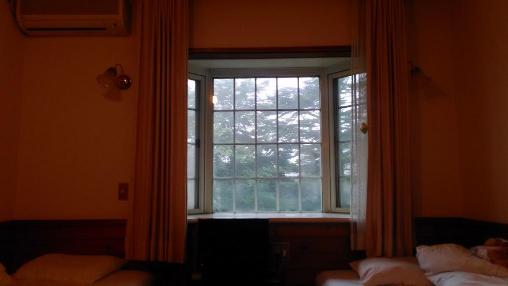 ペンションオフタイム客室の窓から