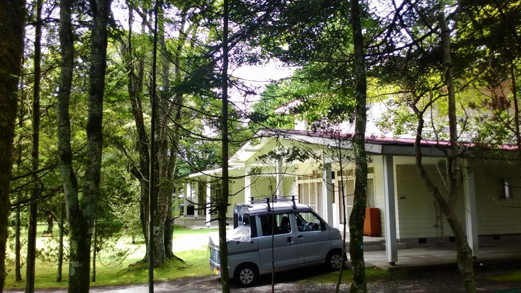 旧軽井沢別荘地の風景白い別荘と小型車