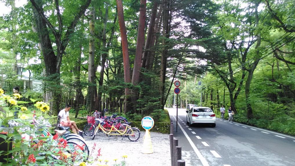 旧三笠ホテルの入り口にある自転車置き場と停留