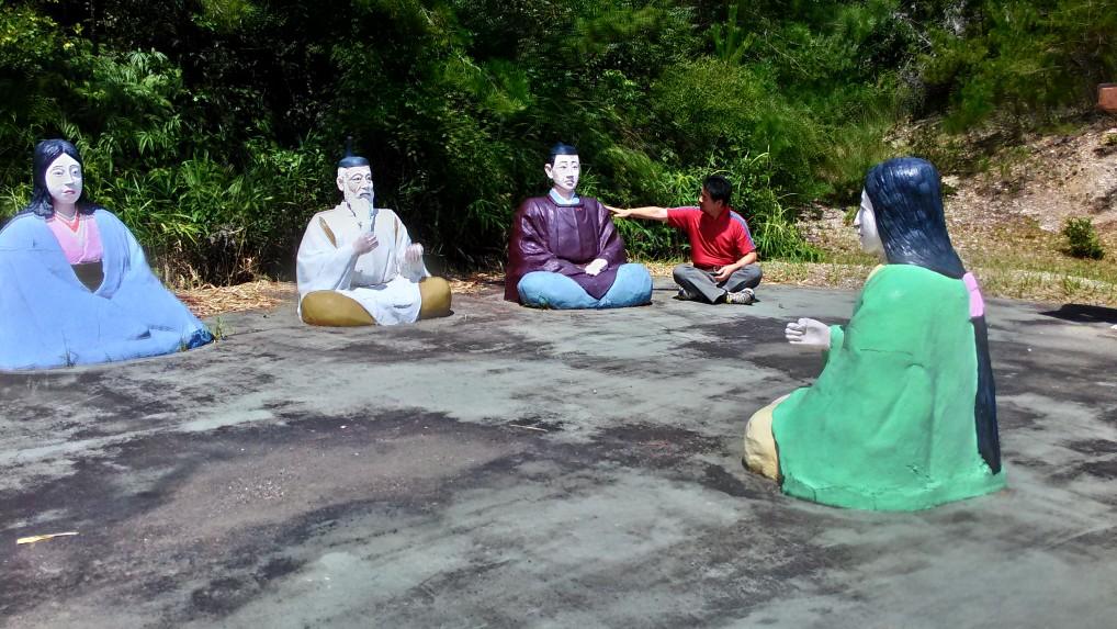 五色園大安寺「月見の宴」人形像にタッチ