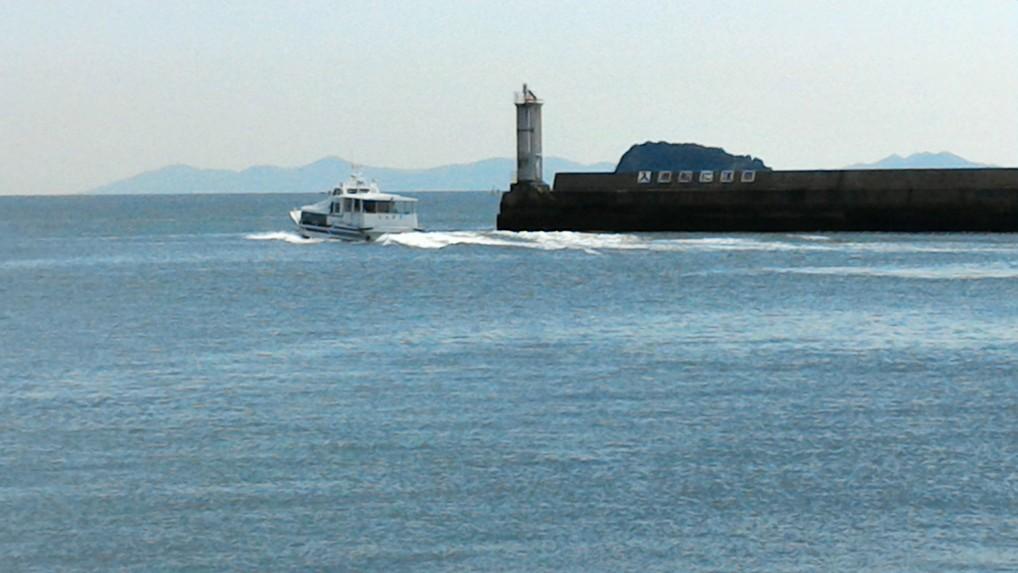 知多半島の先端の師崎港から出ていくフェリー