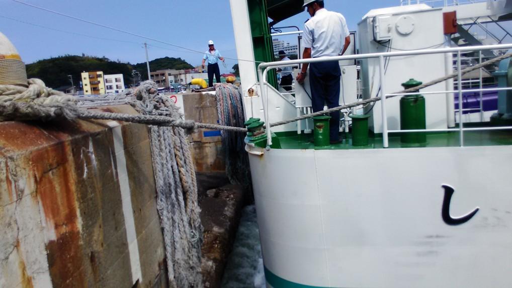 師崎港に接岸んするフェリーにつく船