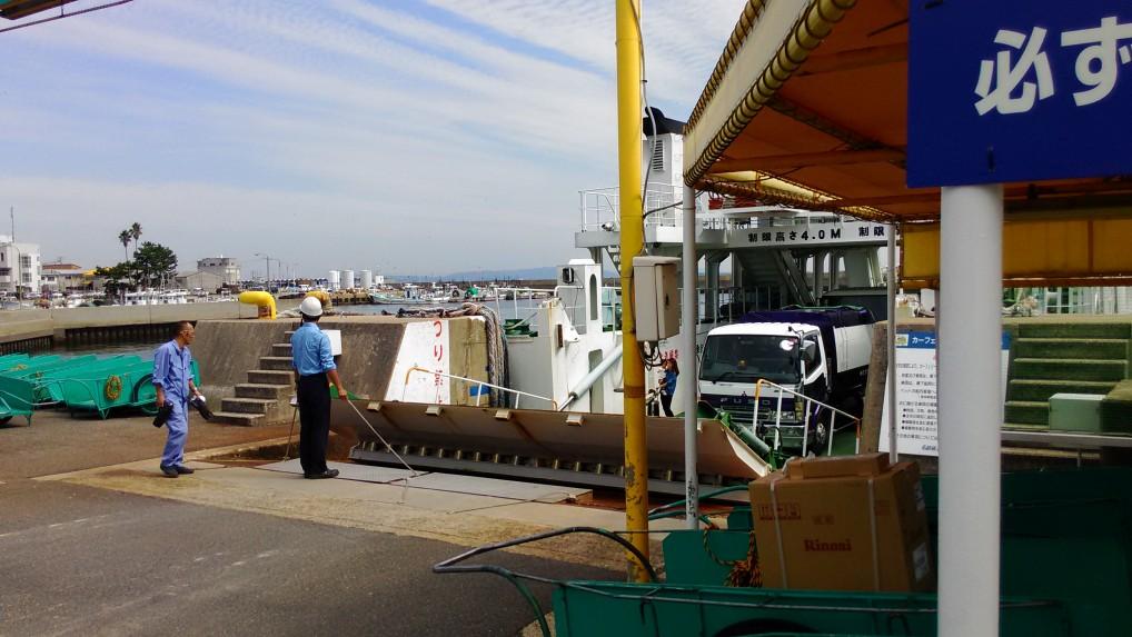 師崎港に接岸するフェリー