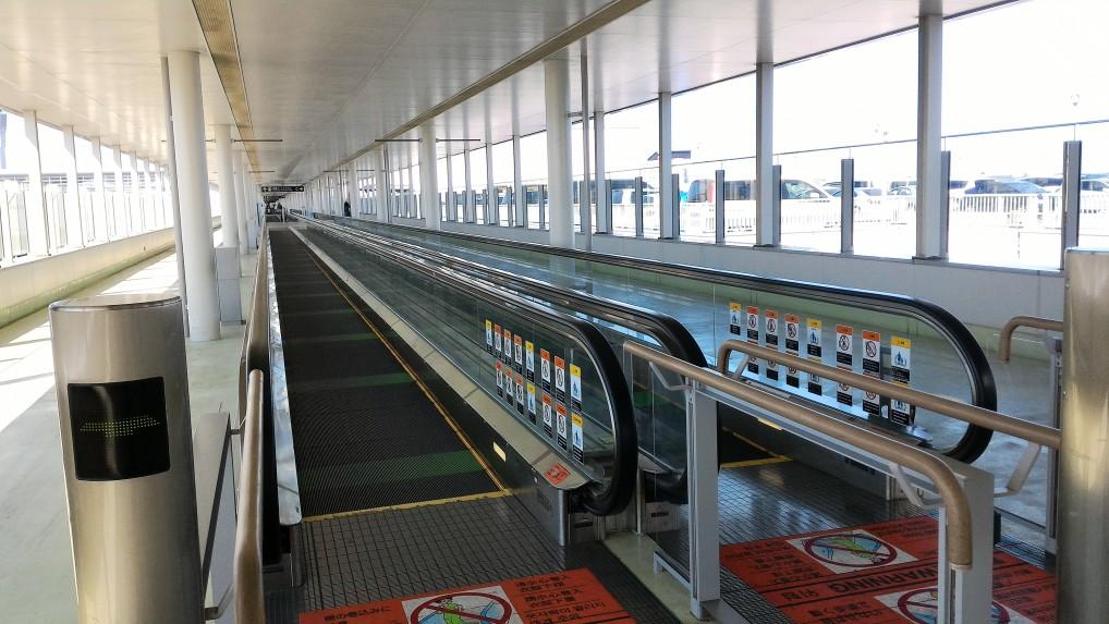 中部国際空港セントレア駐車場からの動く歩道