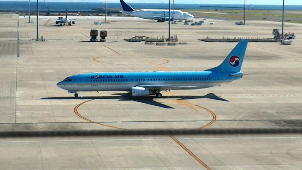 中部国際空港セントレアのスカイデッキから着陸した旅客機を見る
