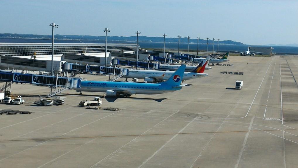 中部国際空港セントレアのスカイデッキからみた国際線飛行機