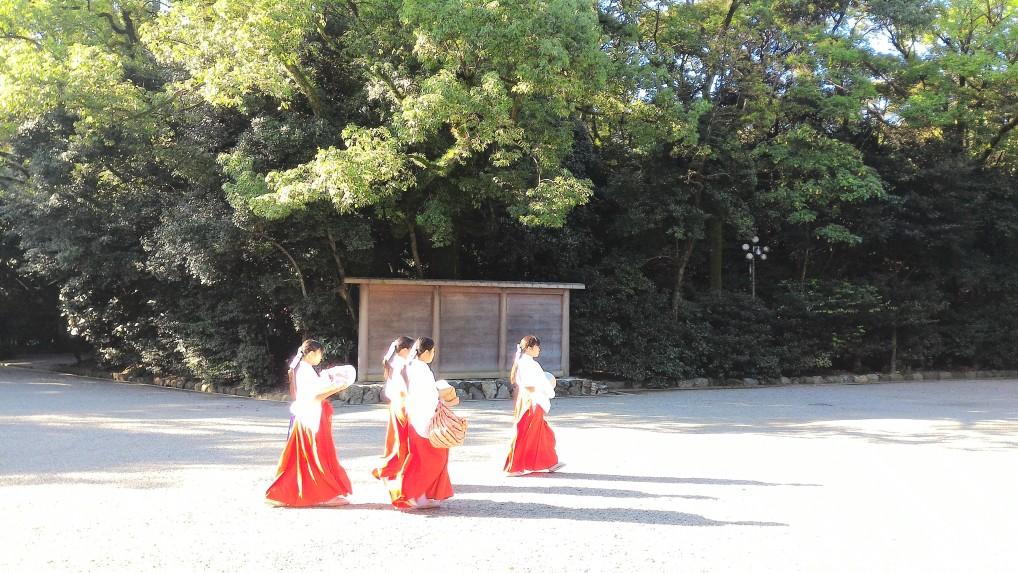 熱田神宮本殿前の広場を横切る巫女さんたち