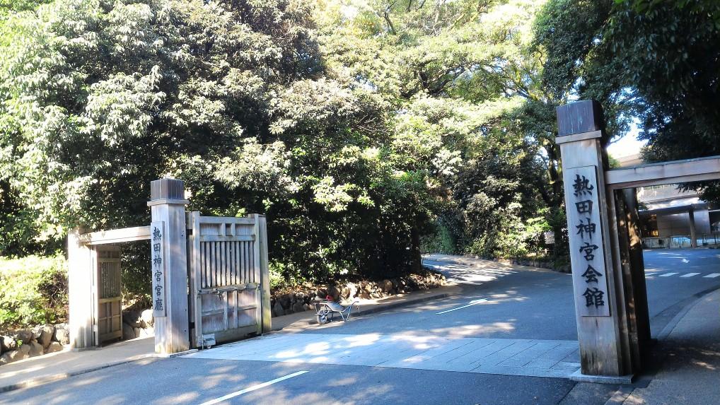 結婚式場である熱田神宮会館の門