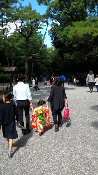 熱田神宮七五三詣りの家族連れ