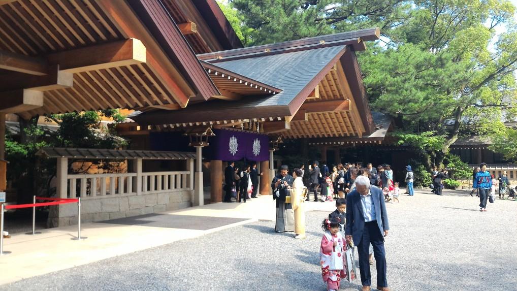 熱田神宮ご祈祷待合所前の七五三詣りの家族連れ