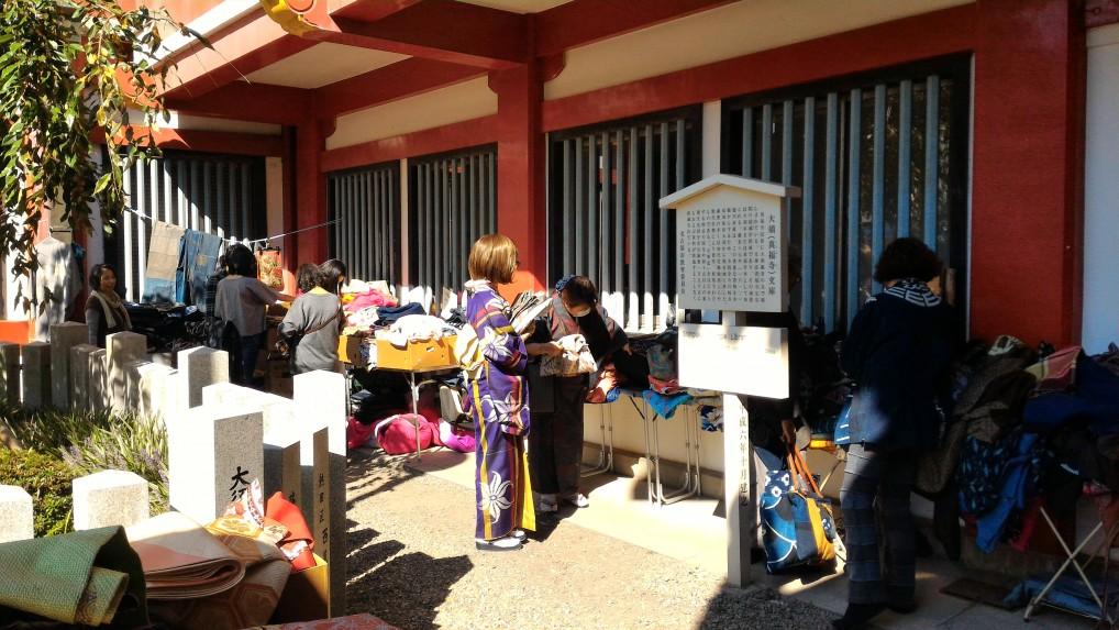 名古屋大須観音の骨董市・着物の出店品定め中の着物の女性たち