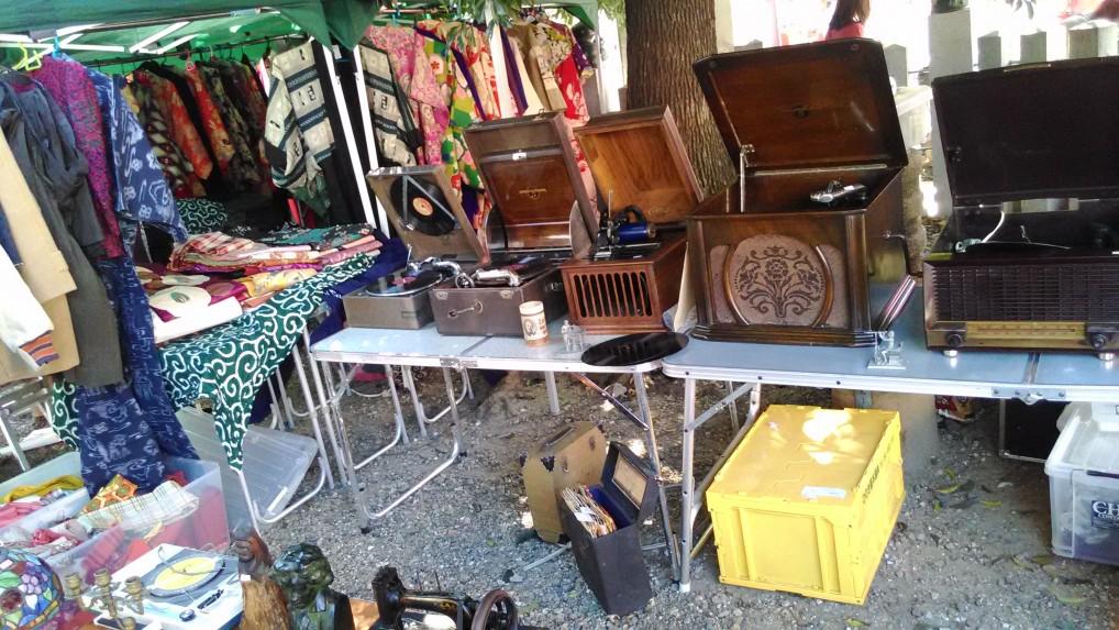 名古屋大須観音の骨董市の出店蓄音機など