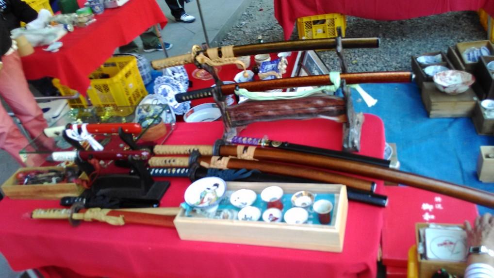 名古屋大須観音の骨董市の出店日本刀など