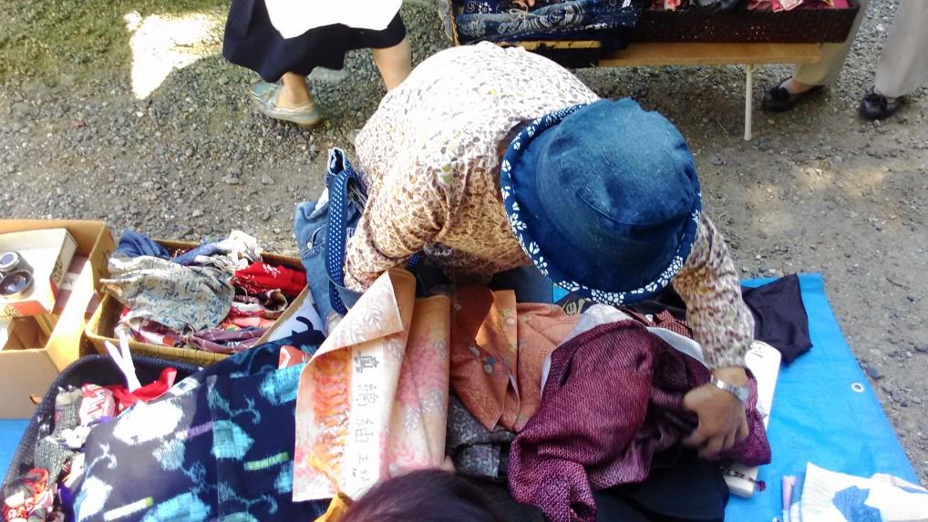 名古屋大須観音の骨董市・着物の出店と物色する女性
