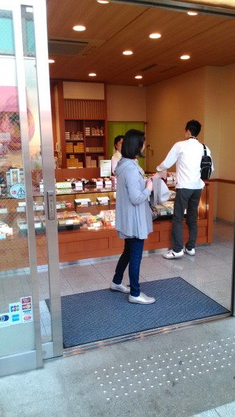 大須商店街の観音通りにある「大須ういろう」のお店