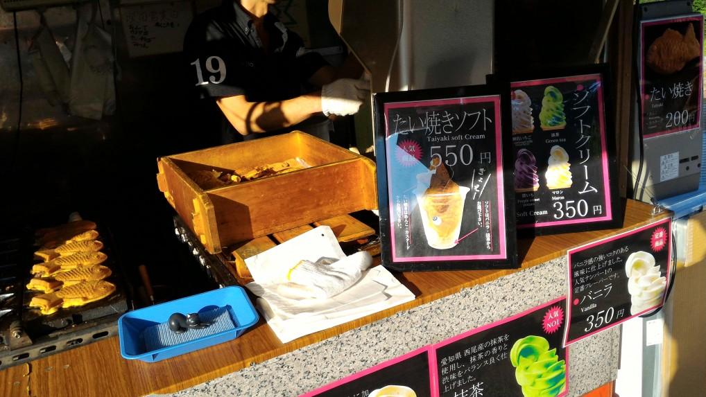名古屋城でたい焼きソフトの移動屋台