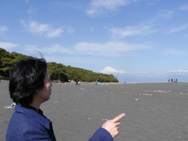 三保の松原(静岡県清水区)から見る雪化粧の富士山