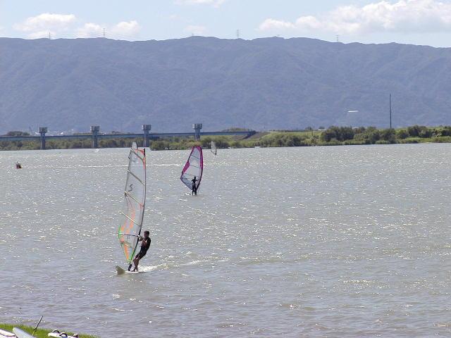 祖父江砂丘(木曽三川公園)木曽川でウインドサーフィンする人
