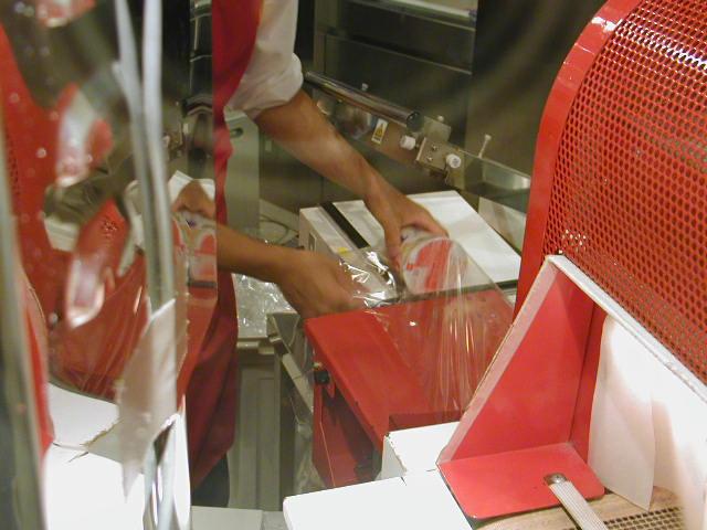 インスタントラーメン発明記念館(大阪池田市)オリジナルカップラーメンがパッケージ化されるところ
