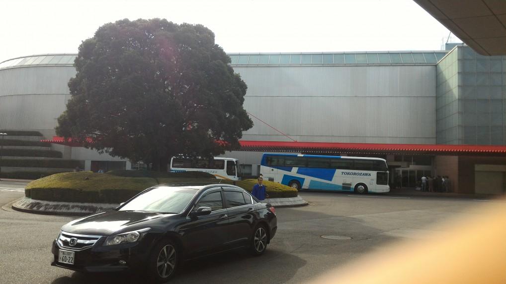 「トヨタ博物館」正面のロータリーと観光バス