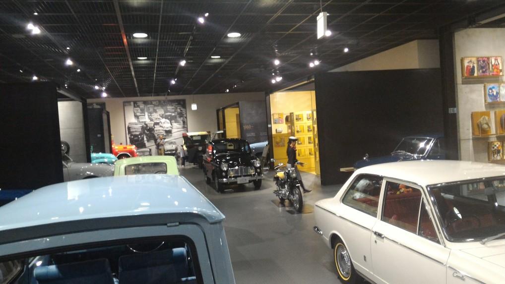 トヨタ博物館新館の生活文化用品の展示と車の展示