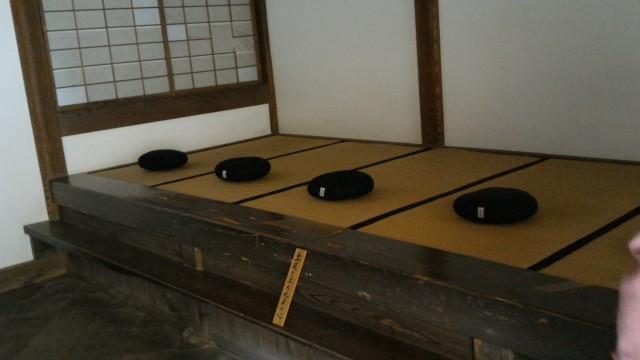香嵐渓の香積寺の座禅堂内の座禅する場所