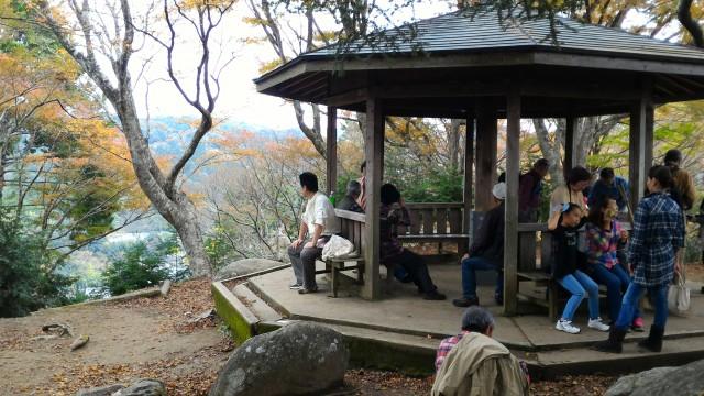 香嵐渓の飯盛山山頂の休憩所