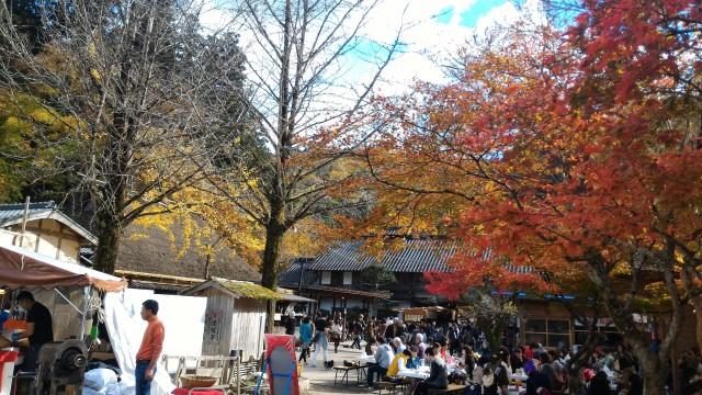 香嵐渓広場の美しい紅葉と屋台