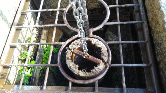 香嵐渓「三州足助屋敷」で井戸水汲み
