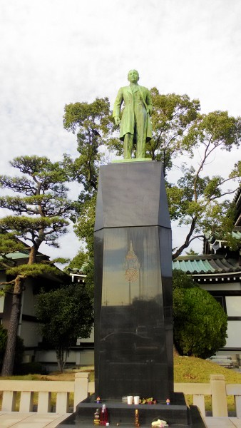日泰寺境内のタイ国王室皇太子殿下立像