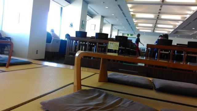 春日井市役所の展望レストラン座敷の方からテーブル席を見て、床から二段上がっている