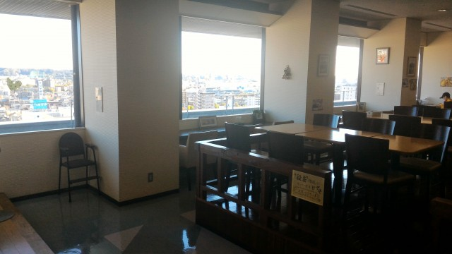 春日井市役所の展望レストラン見晴らしのよい窓に面した席