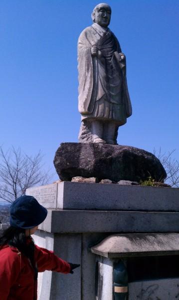 愛知県犬山市寂光院の本堂近くの弘法大師様石像
